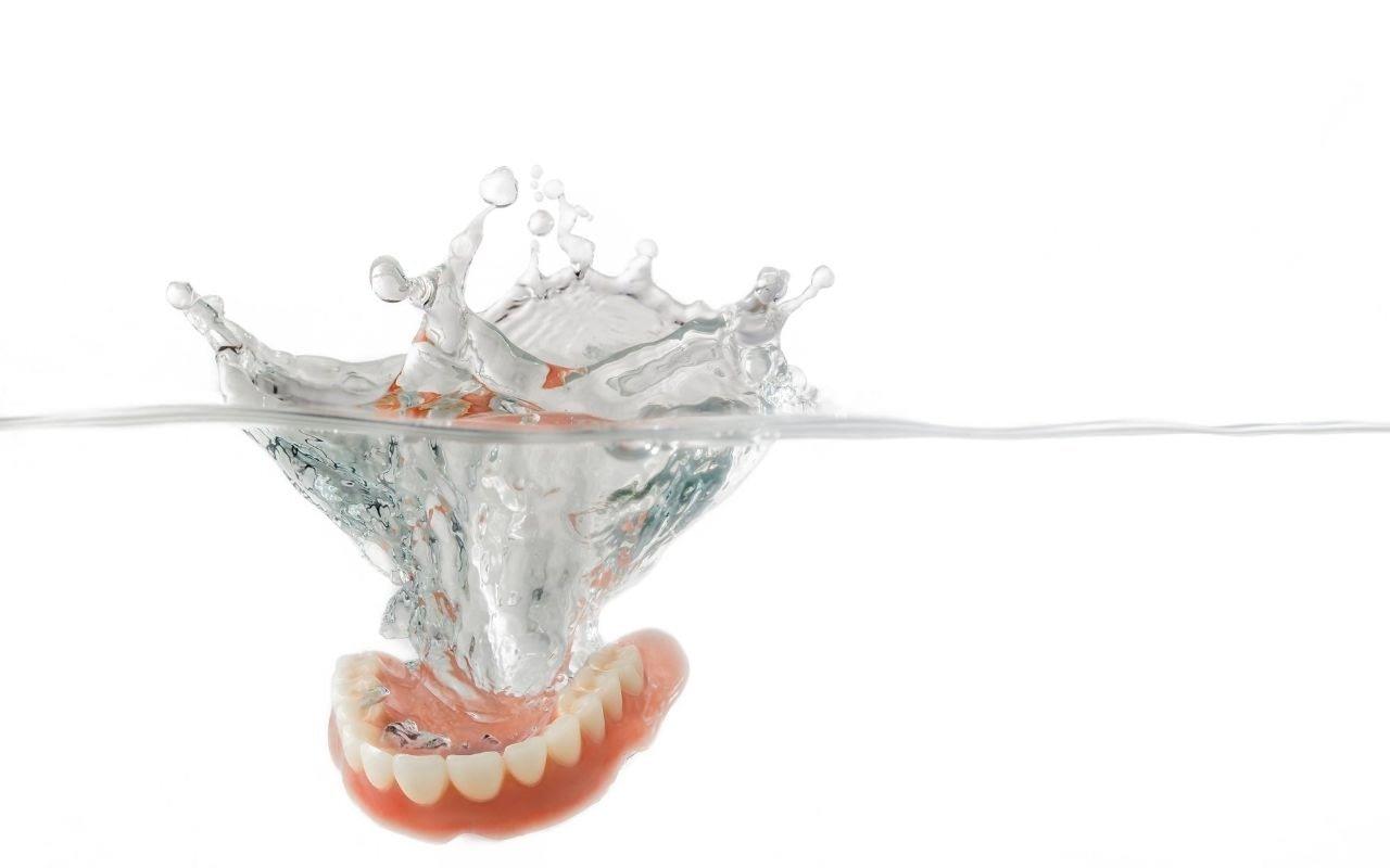 keep-dentures-in-water